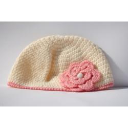 Cappello panna con fiore uncinetto